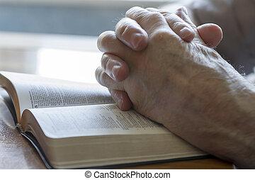 biddend, oud, handen