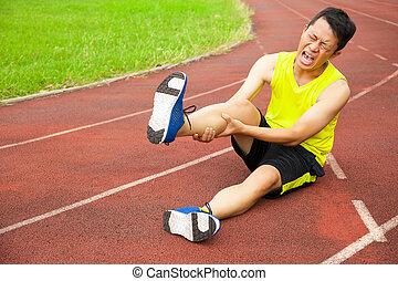 biegacz, noga, cierpienie, samczyk młody, imadło, ślad