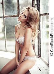 bielizna, blondynka, modny, jasny, oszklony, room., posiedzenie, podokiennik, kobieta, piękny, chodząc
