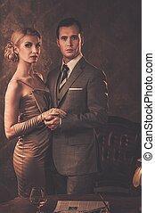 bien vestido, pareja, en, retro, interior