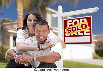 bienes raíces vender, pareja, hispano, hogar, nuevo, señal