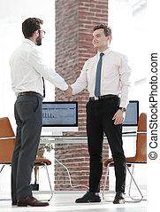 bienvenida, apretón de manos, director, y, cliente