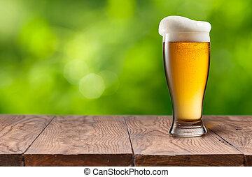 bier, in, glas, auf, holztisch, gegen, grün