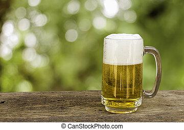 bier, in, glas, auf, holztisch, mit, verwischt, grün,...