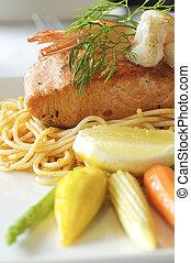 bife salmão, com, espaguete, ligado, prato, em, restaurante