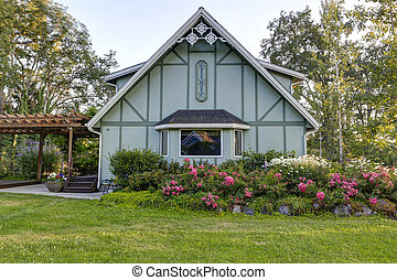 Big farmhouse with beautiful flowerbed - Mint color...