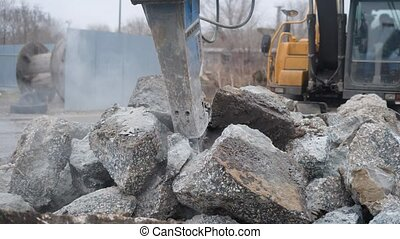Big industrial heavy duty excavator cracking stones to...