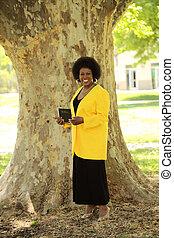 bijbel, buitenshuis, amerikaanse vrouw, vasthouden, afrikaan, het glimlachen
