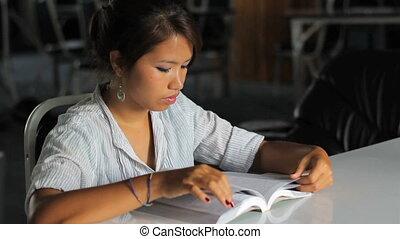 bijbel, haar, jonge, aziatisch meisje, lezende