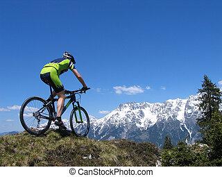 biker montanha, montando, através, a, montanhas