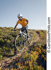 biker montanha, montando, rastro, sujeira