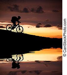 biker montanha, silueta, reflexão, pôr do sol