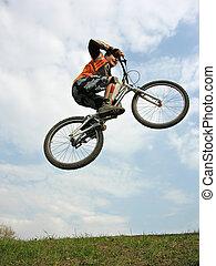 biker montanha, voando