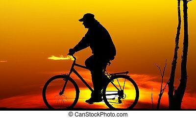 biker, silueta, em, pôr do sol