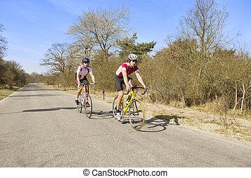 bikers , επάνω , ένα , ακάλυπτη θέση δρόμος