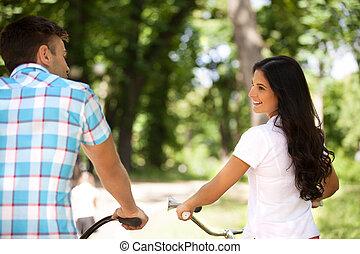 bikes., parco, giovane, allegro, biciclette, sentiero per cavalcate, coppia, vista posteriore
