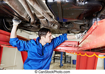 bil mekaniker, hos, hjul, uppställning, arbete, med, skruvnyckel