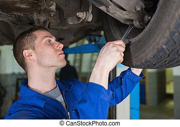bil mekaniker, reparation, bil, med, skruvnyckel