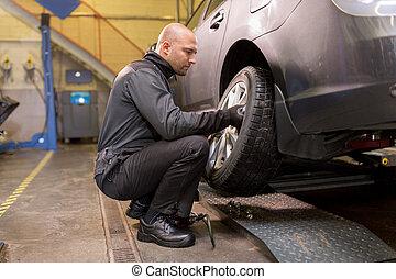 bil mekaniker, skiftande, bil, däck, hos, verkstad