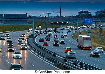 bilerne, ind, trafik, på, en, hovedkanalen