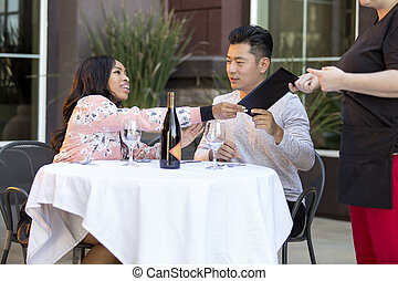 bill payant, restaurant, couple, pourboire, pointe, dater