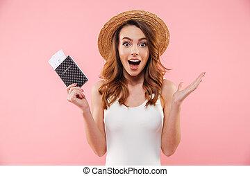 billets, été, femme, vacances, passeport, réjouir, paille, sur, mince, isolé, maillot de bain, arrière-plan rose, blanc, main, chapeau, excité