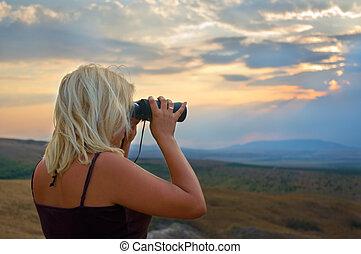 binóculos, montanhas, mulher