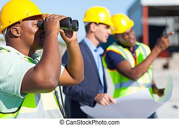 binóculos, usando, construção, trabalhador