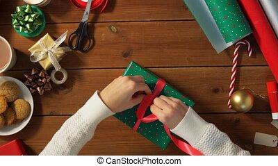 bindend, verpackung, schleife, hände, geschenk, weihnachten