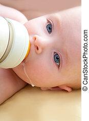 bindung, wenig, babyblau, augenpaar, trinken flasche, milch