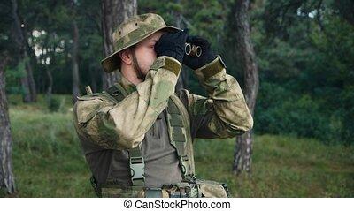 binoculars., jednolity, patrząc, gra, przez, airsoft, człowiek