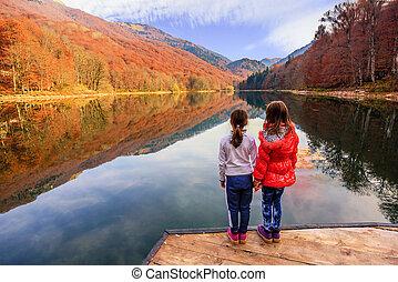 (biogradsko, pequeno, jezero), biogradska, montenegro, parque nacional, dois, lago, gora, meninas, biograd, outono, desfrutando, vista