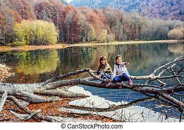 (biogradsko, peu, ezero), pointage, biogradska, montenegro, parc national, deux doigts, gora, filles, rire, automne, lac, biograd