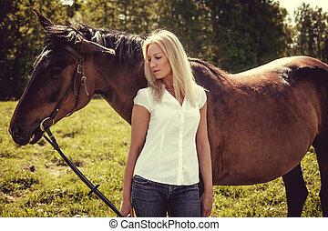 biondo, femmina, proposta, con, marrone, cavalli, in, uno, field.