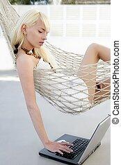 biondo, giovane, studente, moda, ragazza, laptop, amaca