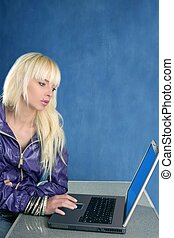 biondo, moda, studente, laptop, sfondo blu