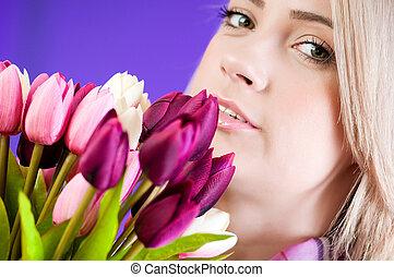 biondo, ragazza, con, fiori