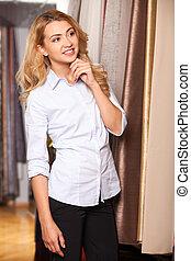 biondo, ragazza, guardando, tessuto, in, store., bella donna, standing, in, merci secche, negozio