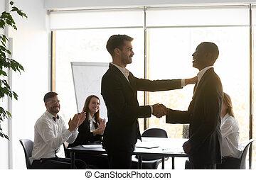 biracial, handdruk, werknemer, zakenman, groet, mannelijke , kaukasisch
