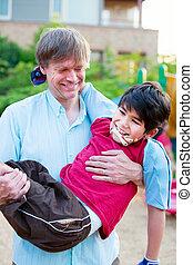 biracial, père, fils, handicapé, porter, cour de récréation, caucasien