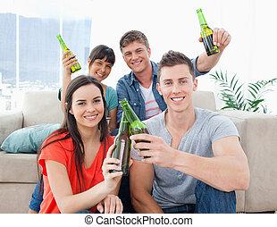 birre, festeggiare, amici, gruppo, mano
