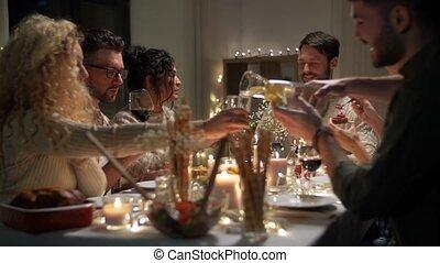 birtoklás, barátok, vidám christmas, vacsora, otthon