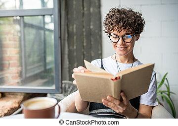 birtoklás, nő, maradék, könyv, fiatal, felolvasás, mosolygós, karosszék, időz