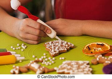 biscotti, closeup, -, decorare, natale, mani, pan zenzero
