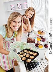 biscotti, femmina, presa a terra, cucina, amici, felice