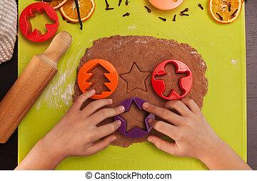 biscotti pan zenzero, cima, bambino, -, mani, fabbricazione, vista