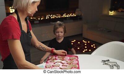 biscuits, cuisson, obtenir, ensemble, fils, petit, mère, prêt, noël, gignger