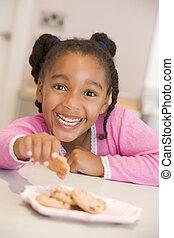 biscuits, manger, jeune sourire fille, cuisine
