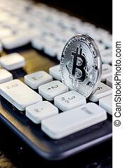 bitcoin, valuta, munt, op wit, computer, keyboard.