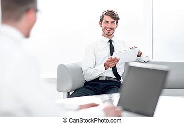 biuro, dwa, biznesmeni, pracujący